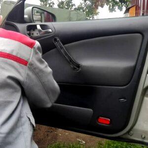 Снятие обшивки двери в Шкода Октавия тур